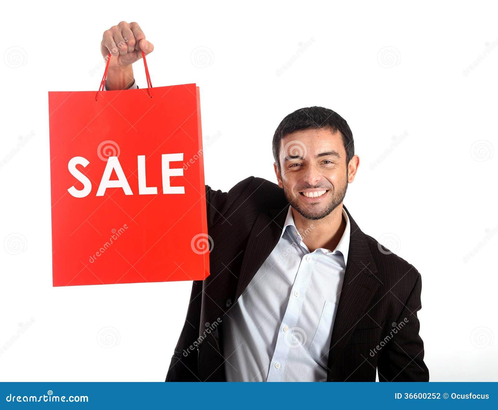 Mężczyzna niesie czerwonego sprzedaży torba na zakupy