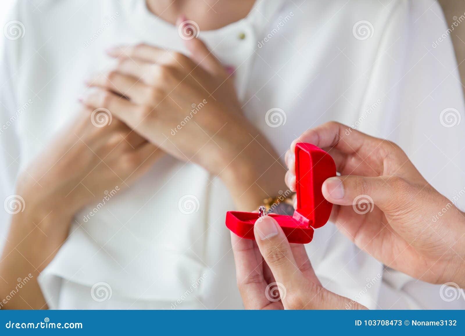 Mężczyzna niespodzianka jego dziewczyna z pierścionkiem