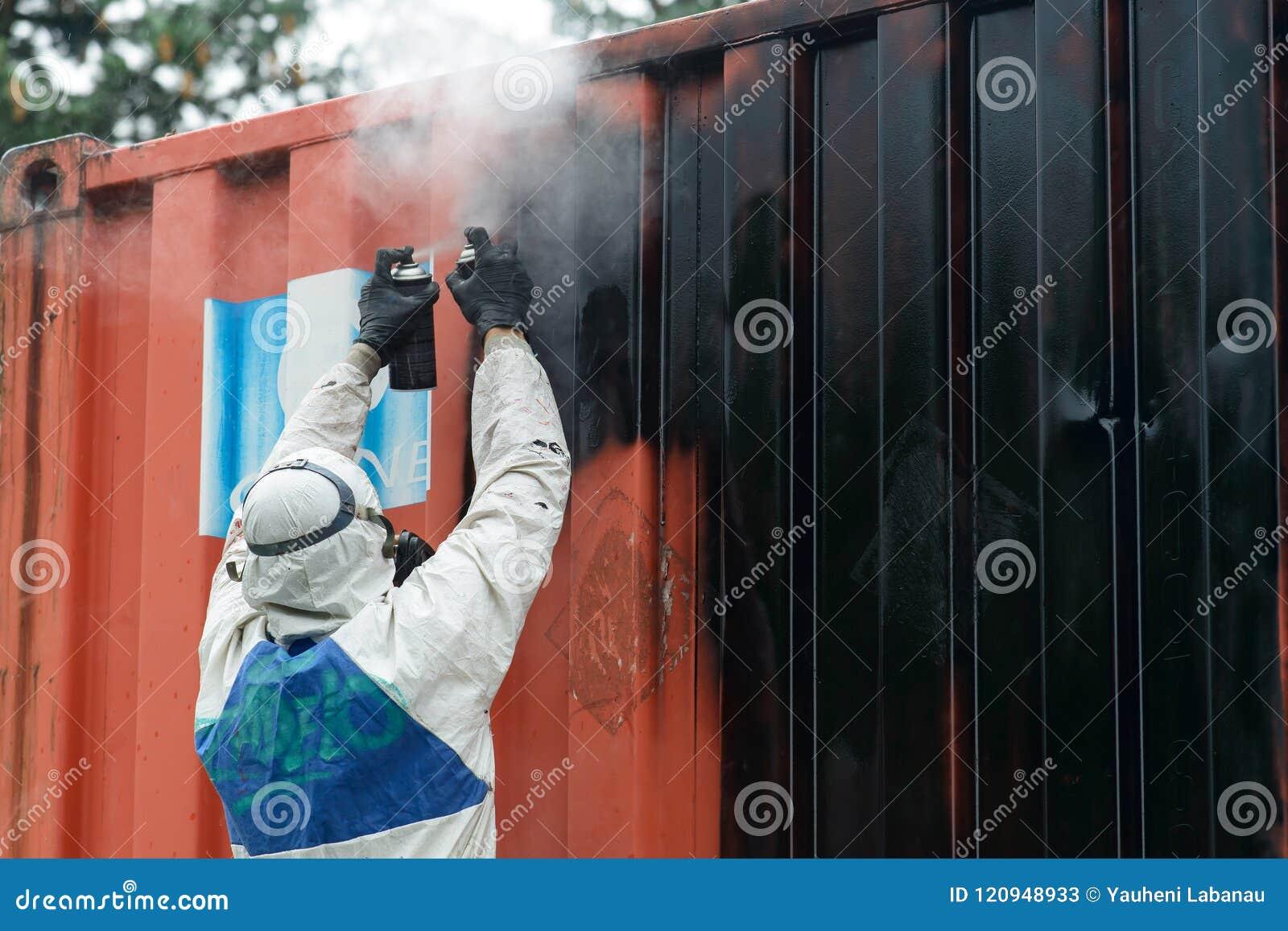 Mężczyzna obraz z graffiti aerosolu puszką, outdoors Proces pai