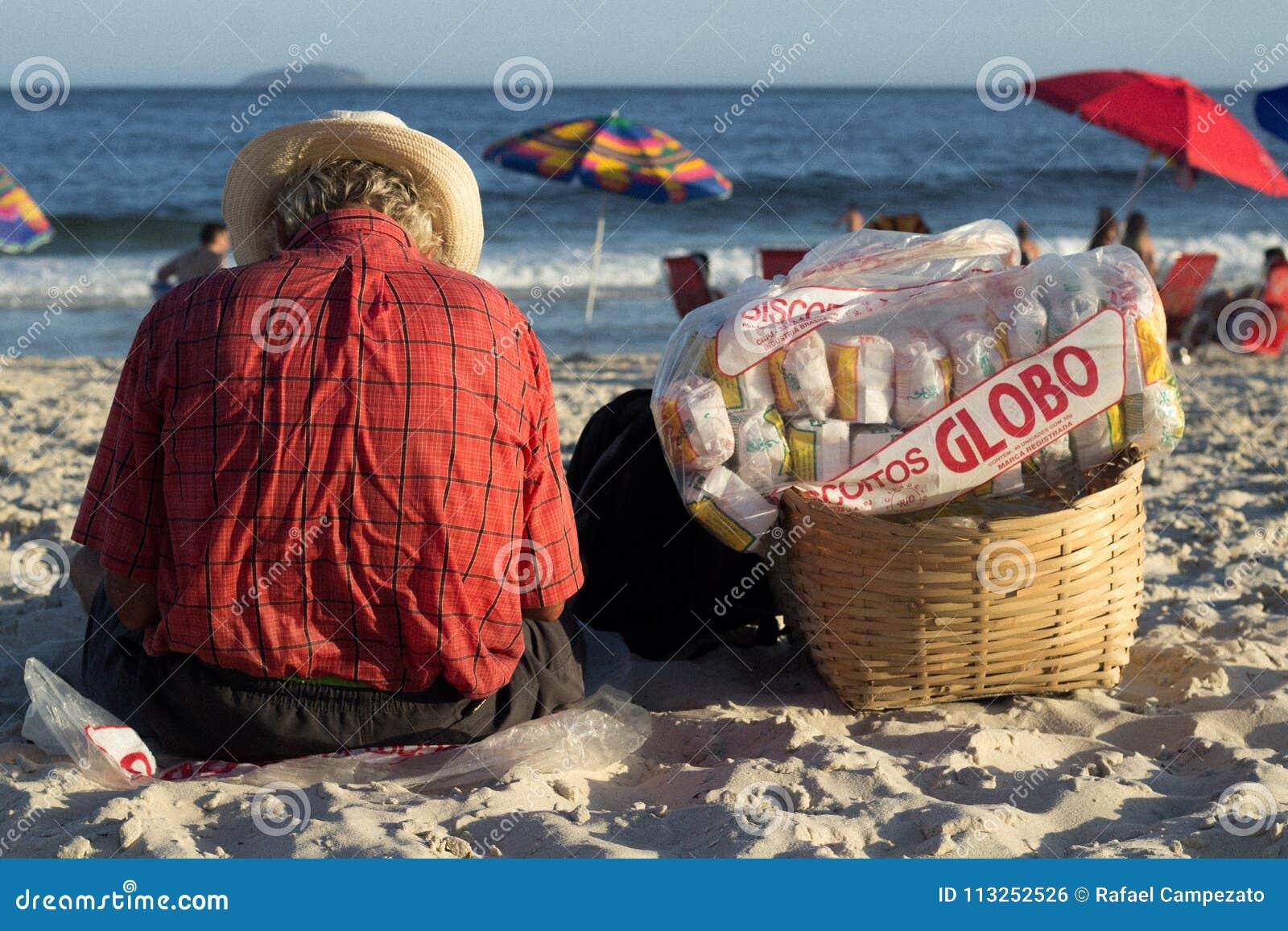 Mężczyzna obsiadanie na plaży copacabana