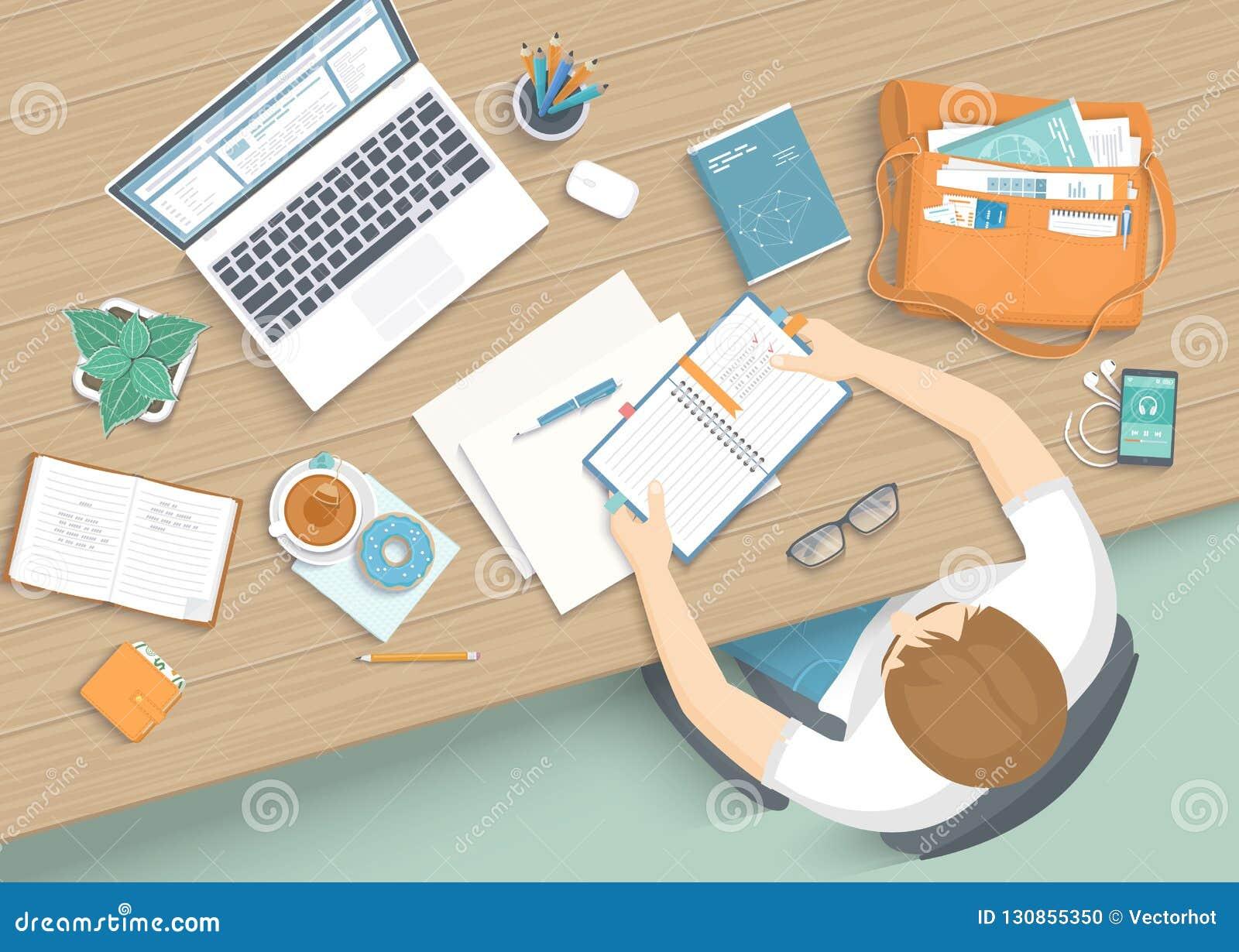 Mężczyzna obsiadanie przy drewnianym stołem Miejsca pracy Desktop Workspace karło, biurowe dostawy, monitor, książki, notatnik