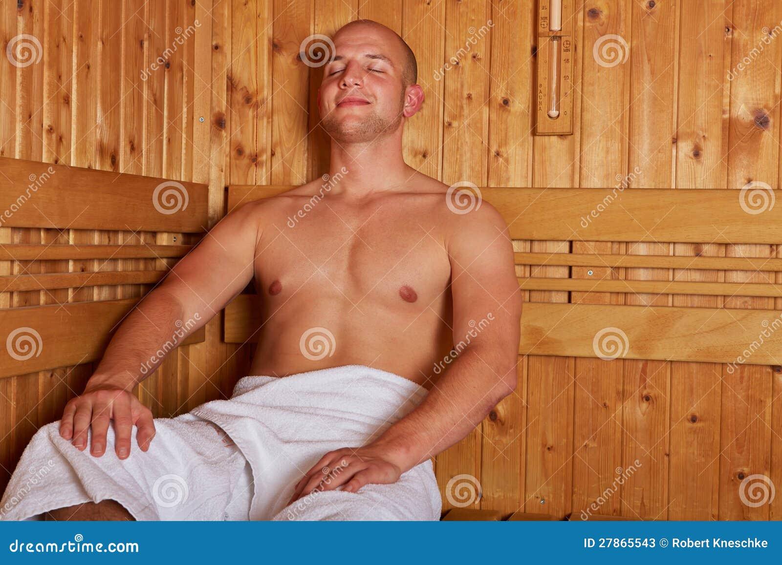 Mężczyzna obsiadanie relaksujący w parowym sauna