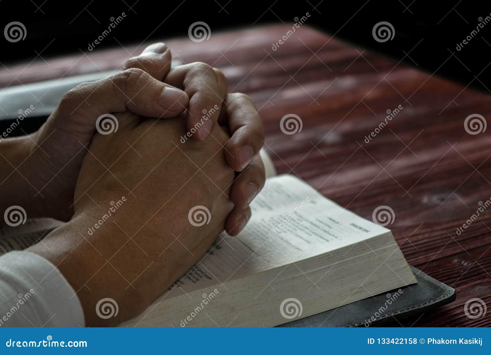 Mężczyzna ono Modli się bóg z Jego biblią, modlitwa z Czytać biblię