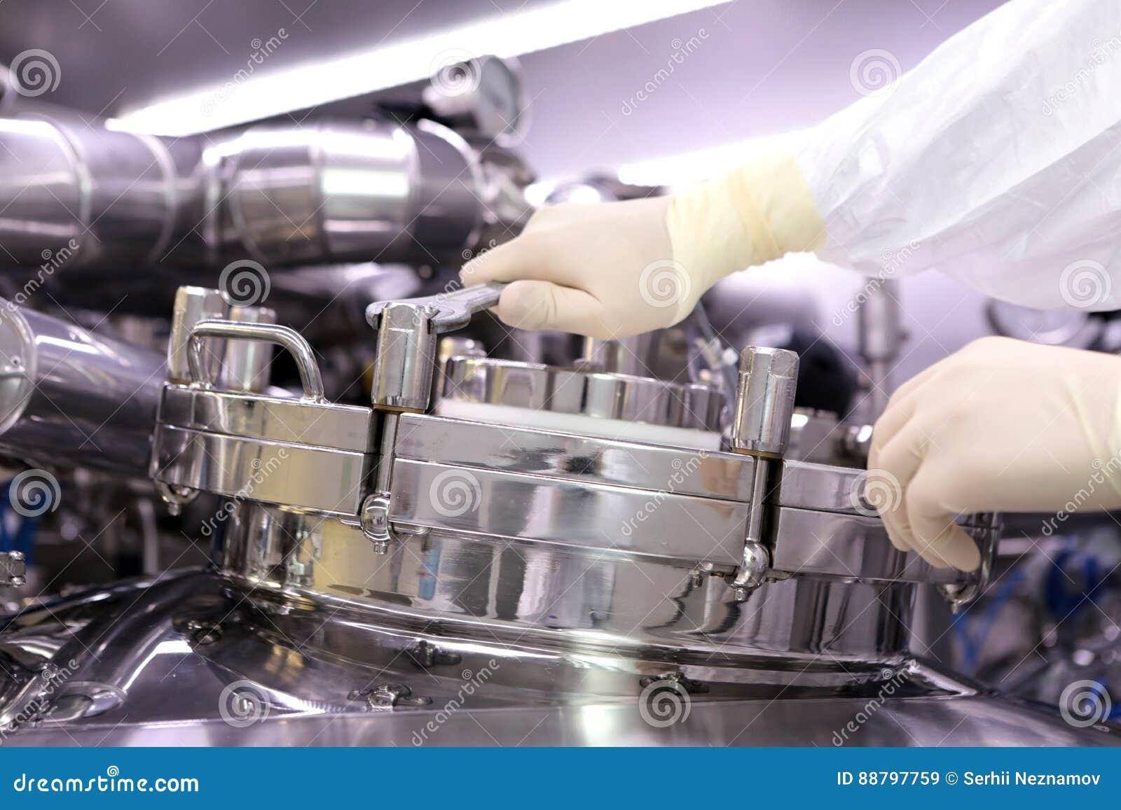 Mężczyzna otwiera chemicznego reaktor Rektor przemysł farmaceutyczny Mężczyzna zamyka reaktor Produkcja granuluje, suspen,