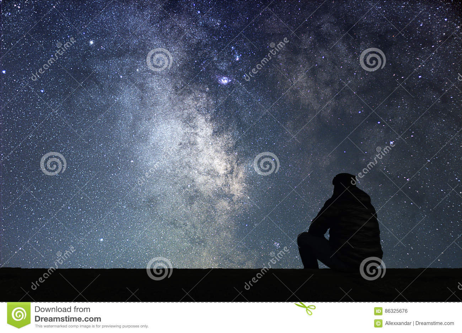 Mężczyzna patrzeje gwiazdy