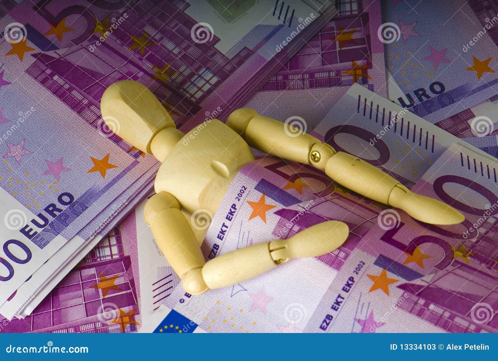 Mężczyzna pieniądze sen pod drewnianym