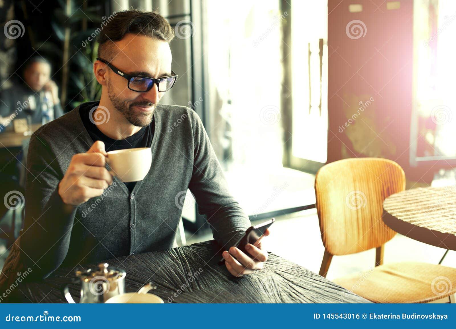 M??czyzna pije kaw? w kawiarni