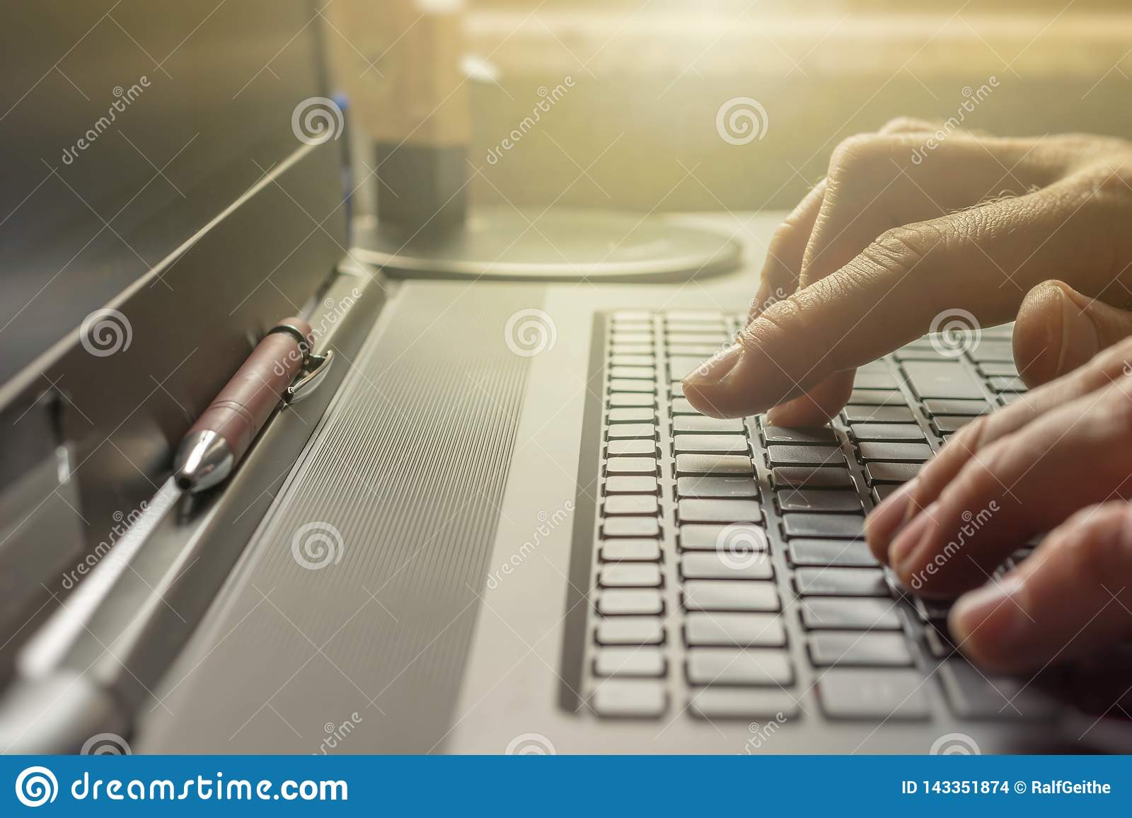 Mężczyzna pisać na maszynie na klawiaturze jego laptop w biurze