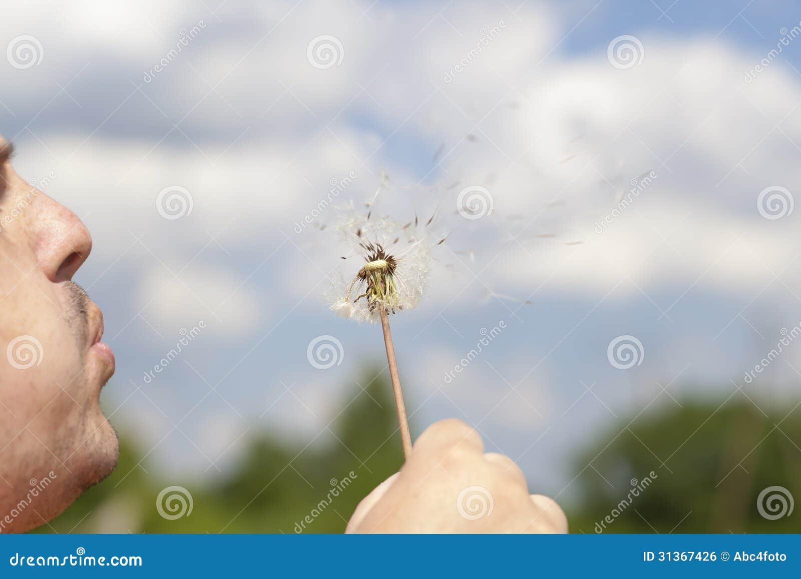 Mężczyzna podmuchowy dandelion