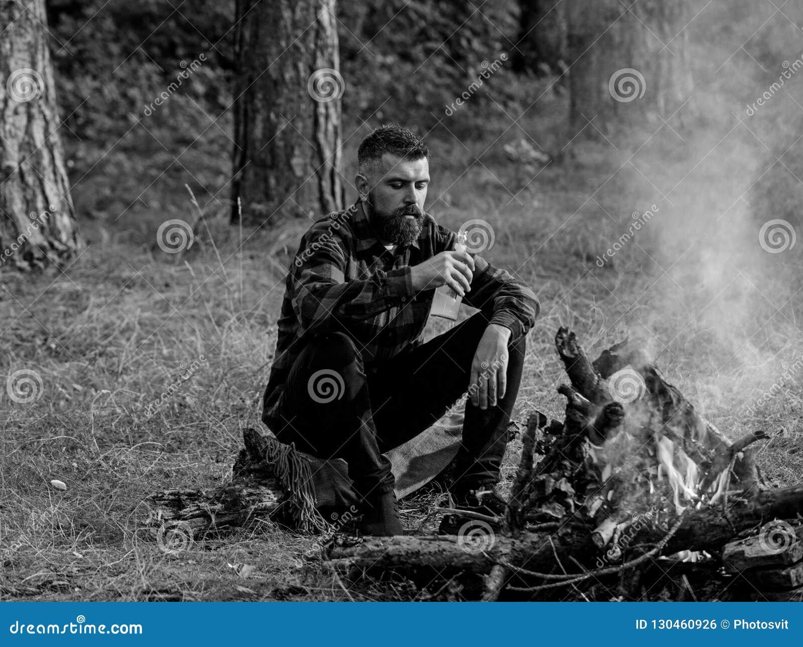 Mężczyzna podróżny camping w naturze Przystojny macho z piwem