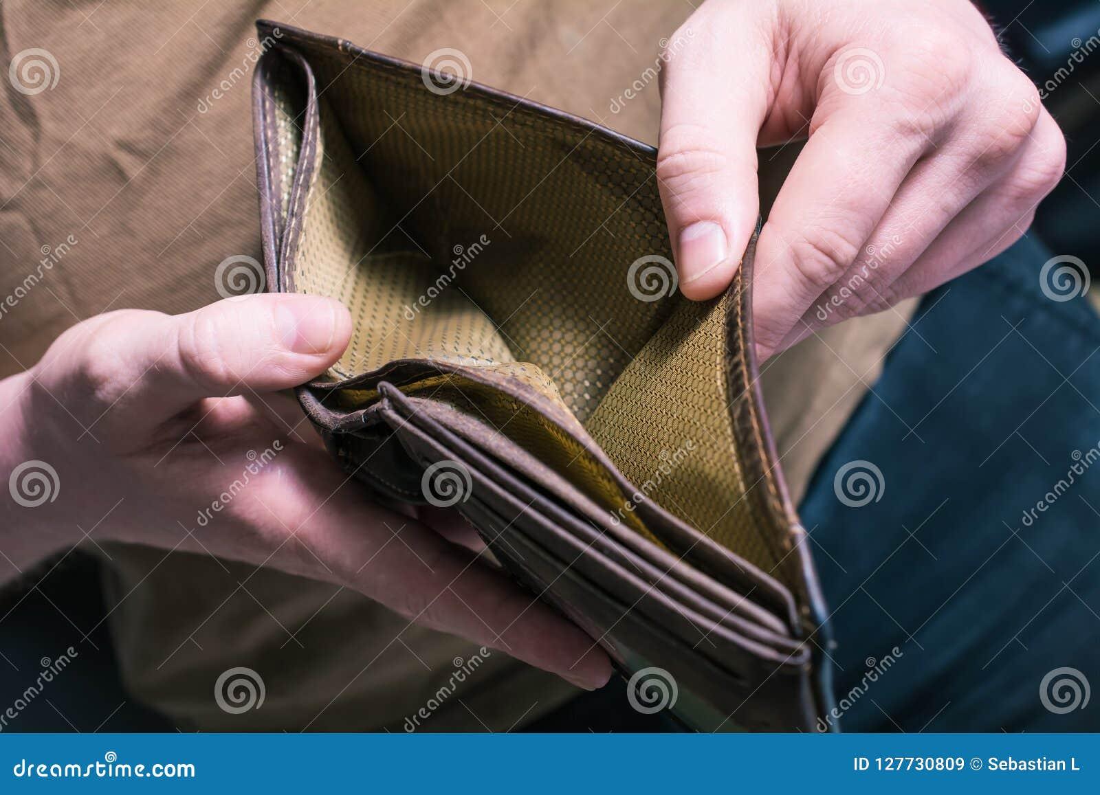 Mężczyzna Pokazuje Jego Pustego portfel - Żadny pieniądze Opuszczać pojęcie