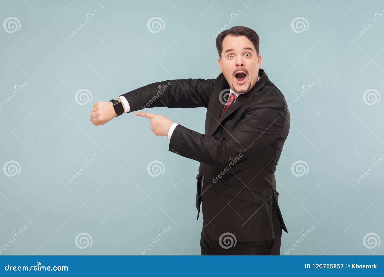 Mężczyzna pokazuje przy nowego modela lepiej mądrze zegarkiem
