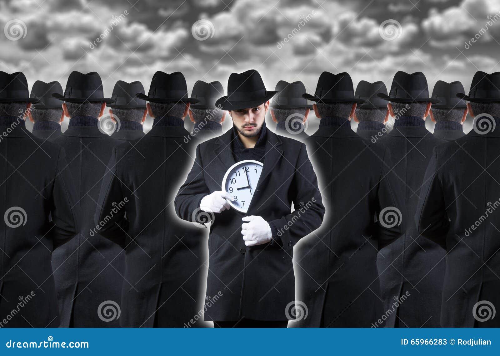 Mężczyzna pokazuje zegar