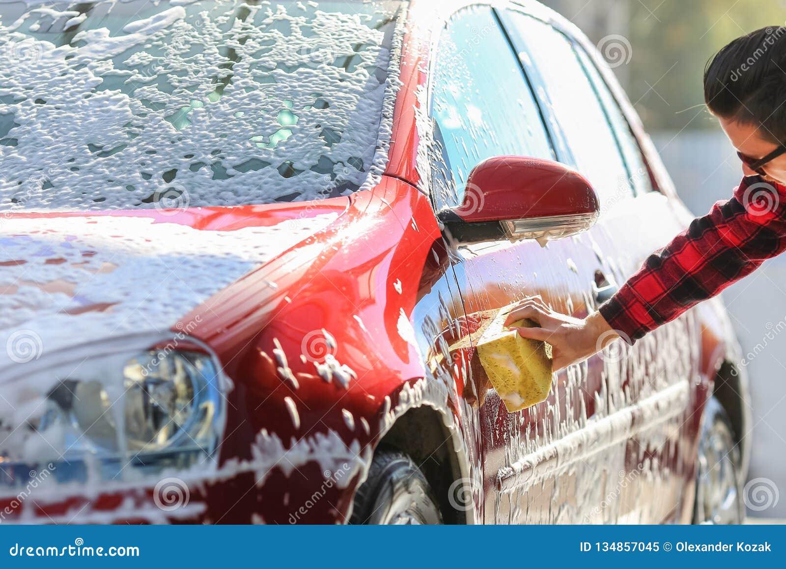 Mężczyzna pracownika ` s płuczkowy samochodowy aliaż toczy na samochodowym obmyciu