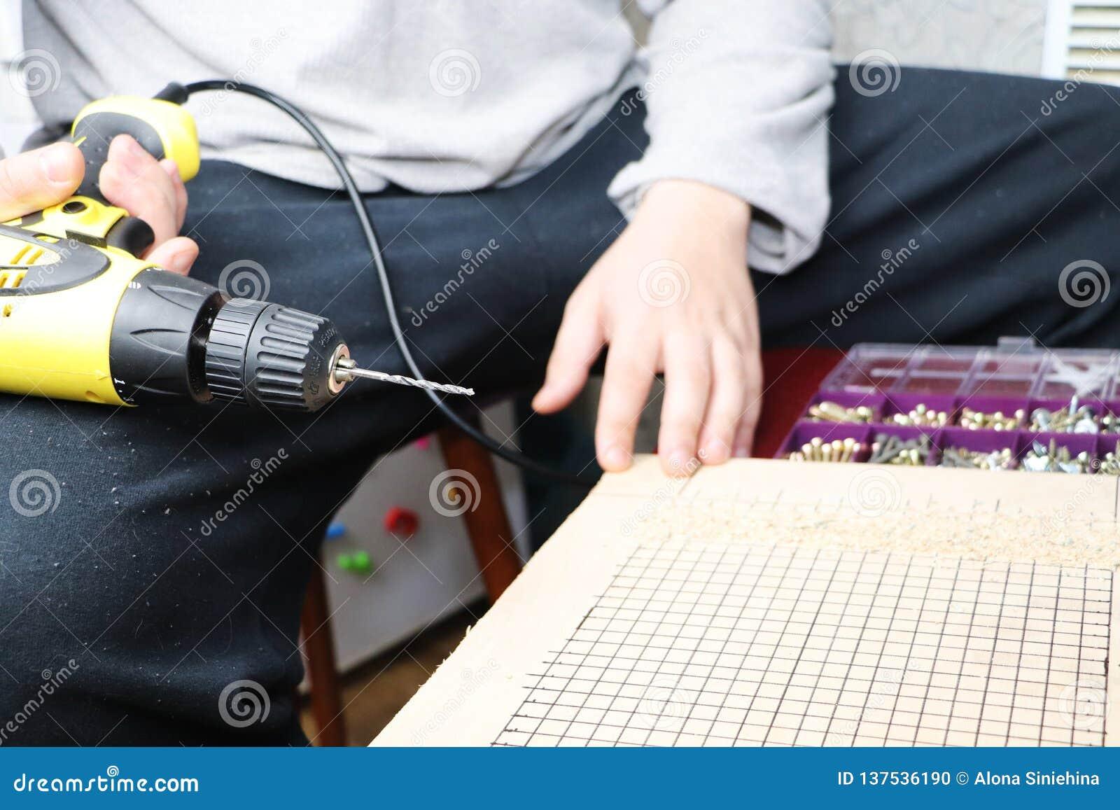 Mężczyzna pracuje jako świder w warsztacie