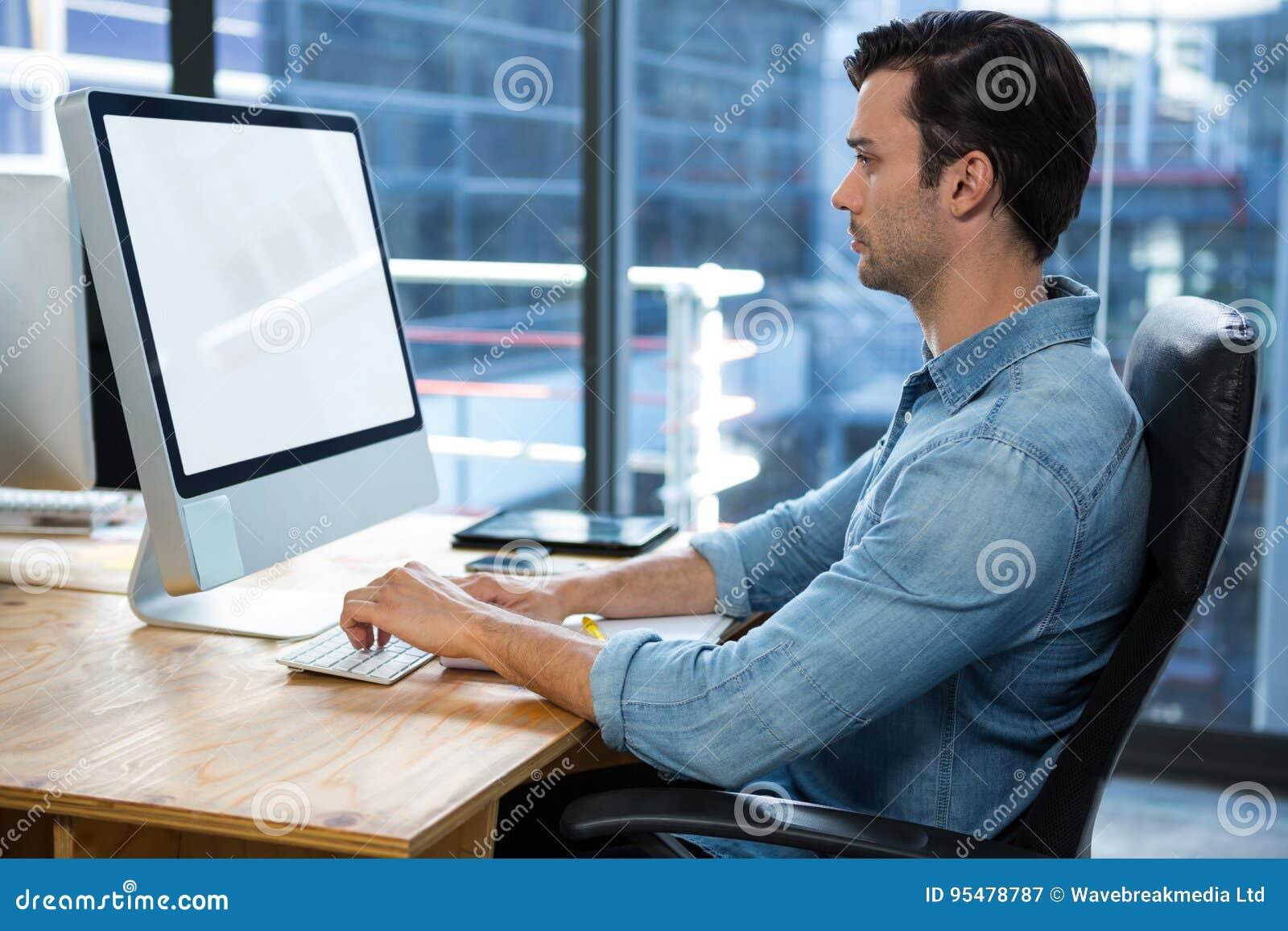 Mężczyzna Pracuje Na komputerze stacjonarnym