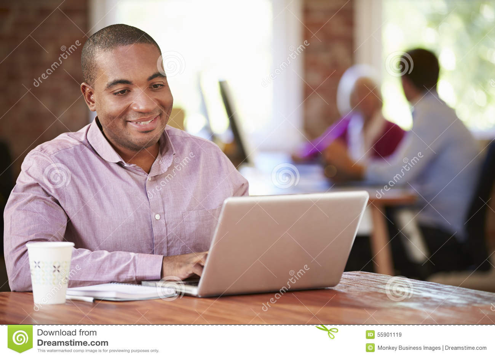 Mężczyzna Pracuje Przy laptopem W Współczesnym biurze