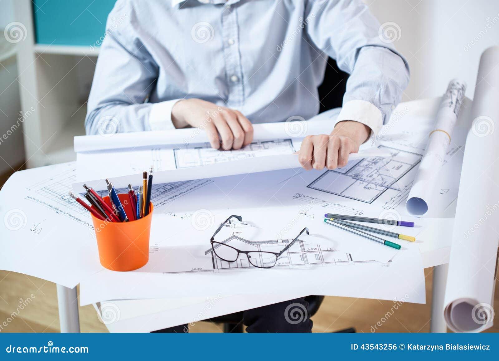 Mężczyzna pracuje w architektonicznym biurze