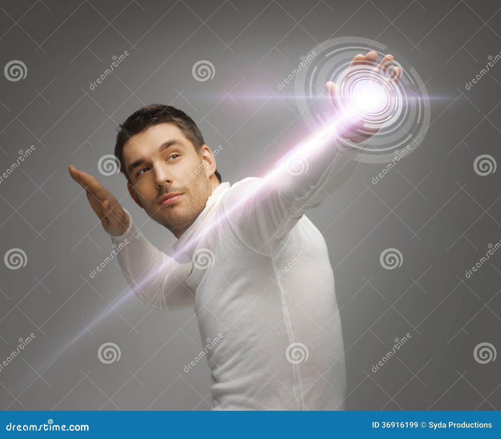 Mężczyzna pracuje z wirtualnym ekranem