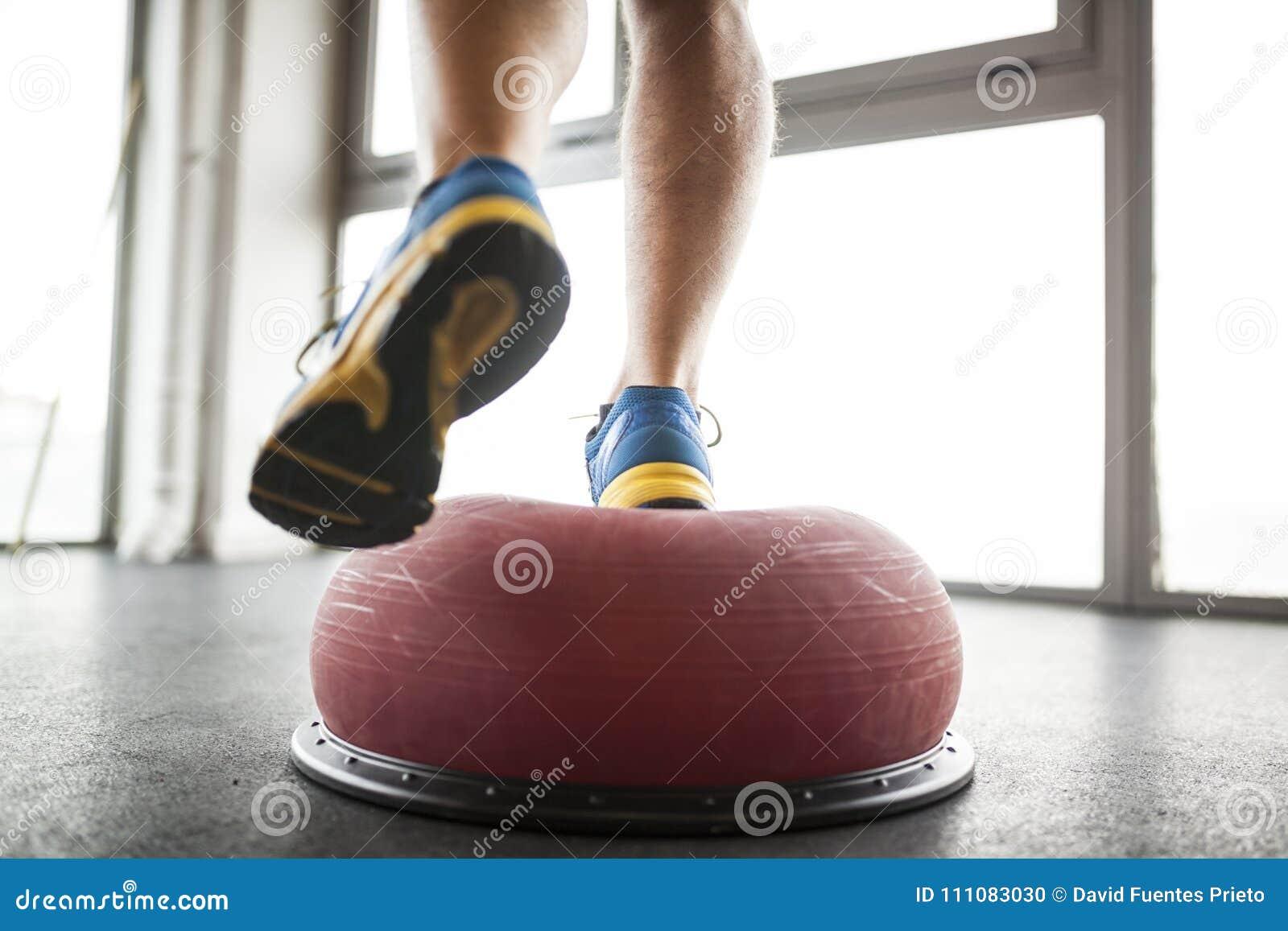 Mężczyzna praticing balansową piłkę
