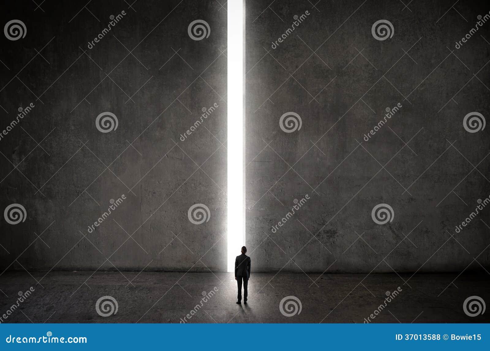 Mężczyzna przed zaświecam w górę sposobu