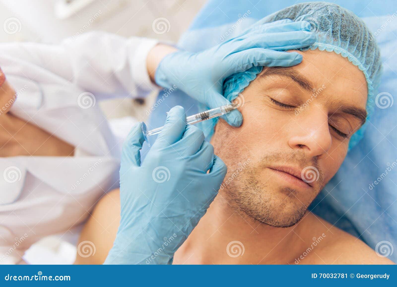 Mężczyzna przy chirurgiem plastycznym