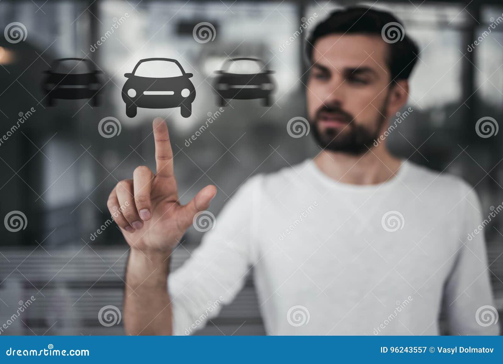 Mężczyzna przy przedstawicielstwem firmy samochodowej