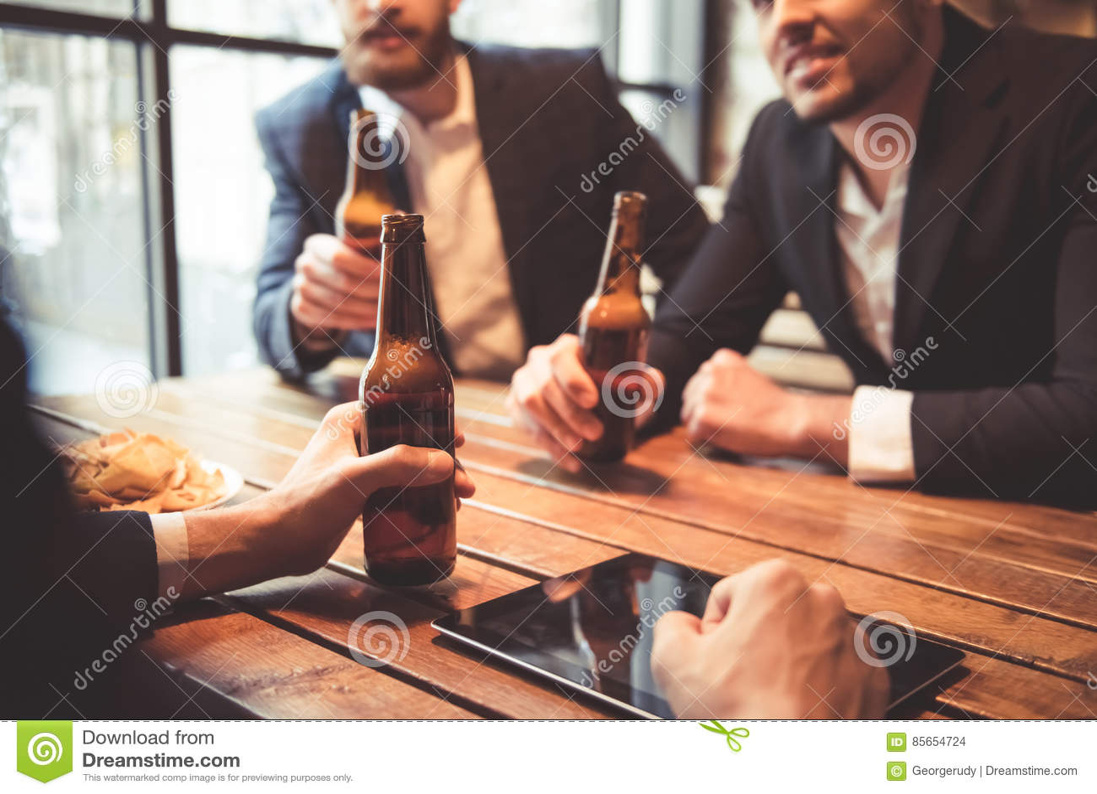 Mężczyzna przy pubem