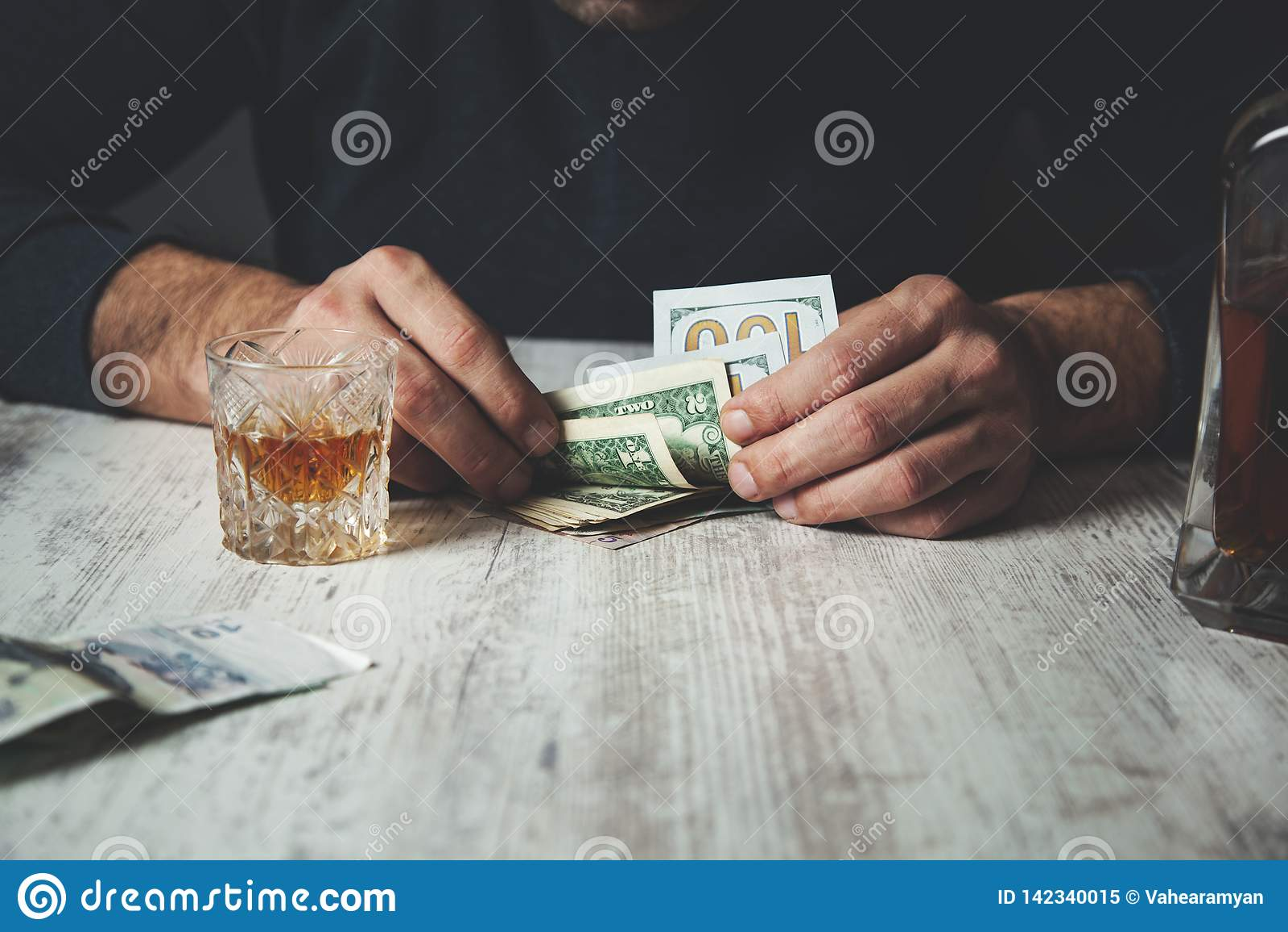 Mężczyzna ręki whisky z pieniądze