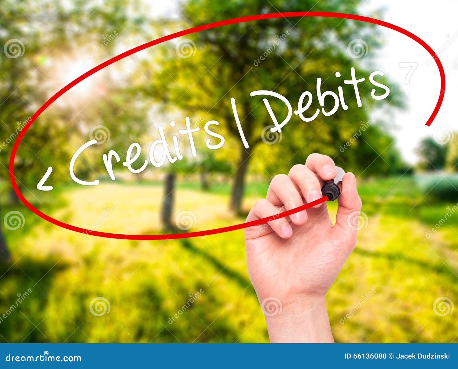 Mężczyzna ręki writing kredyty - debety z czarnym markierem na projekta sc