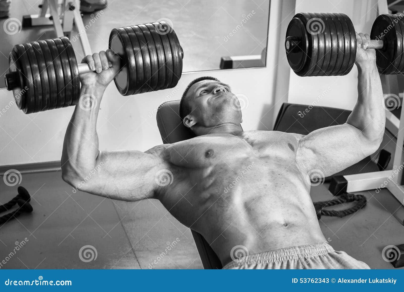 Mężczyzna robi ćwiczeń dumbbells