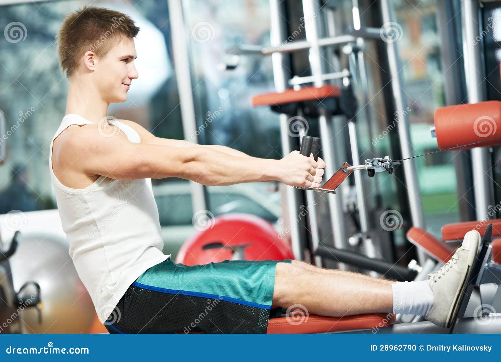 Mężczyzna robi tylnym ćwiczeniom przy sprawności fizycznej gym