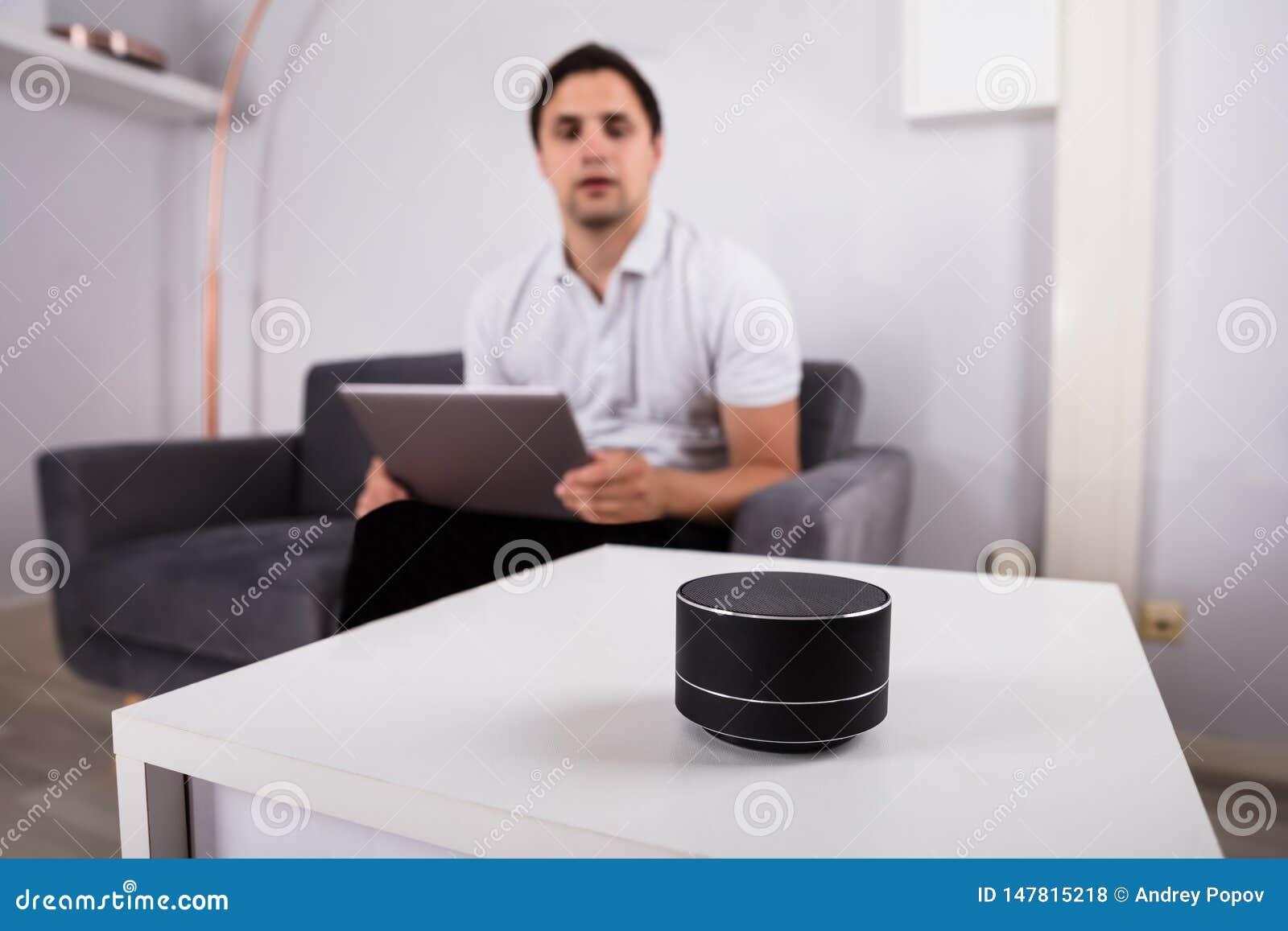 Mężczyzna słucha muzyka na bezprzewodowym mówcy