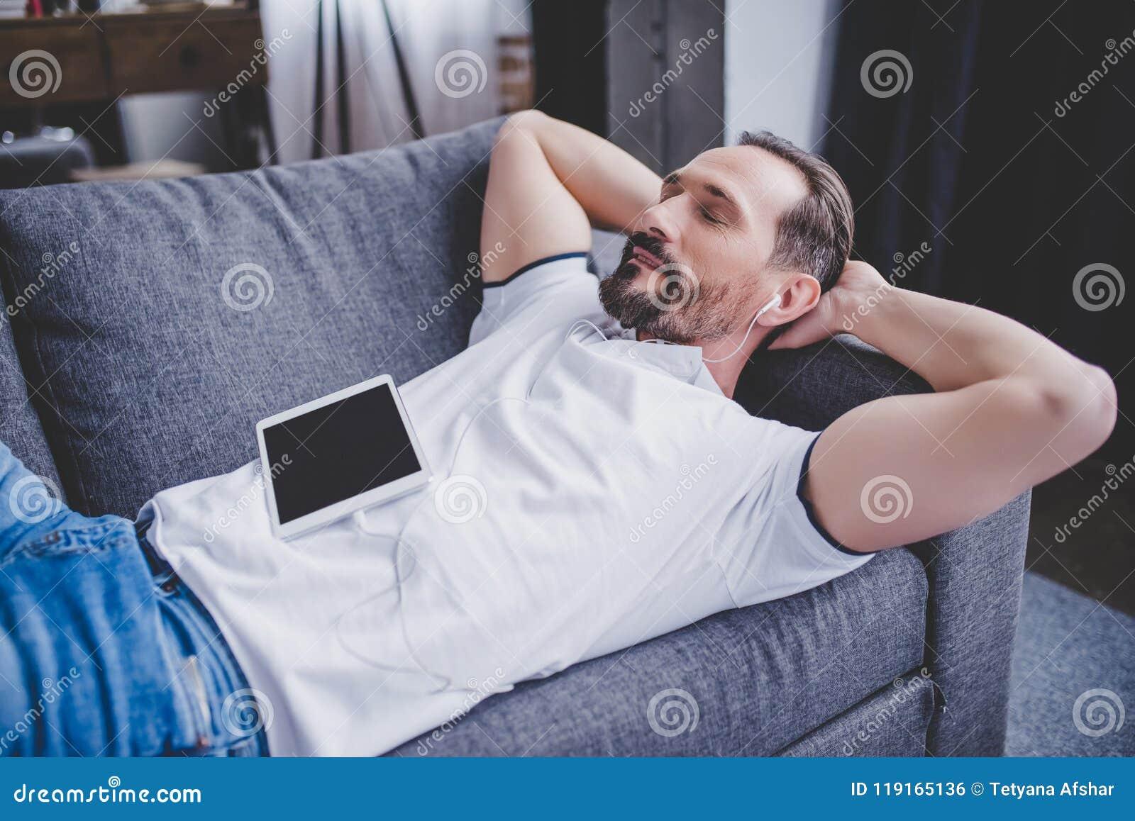 Mężczyzna słuchająca muzyka w słuchawkach