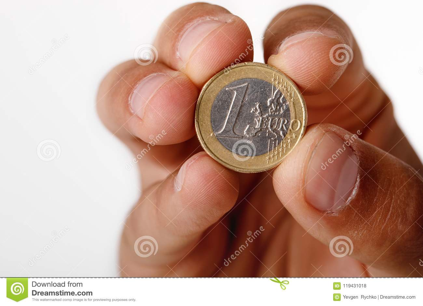 Mężczyzna ` s ręki mienia euro moneta
