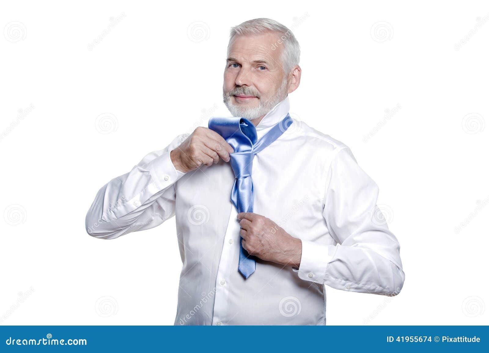 Mężczyzna senior dostaje ubierający wiążący windsor krawat