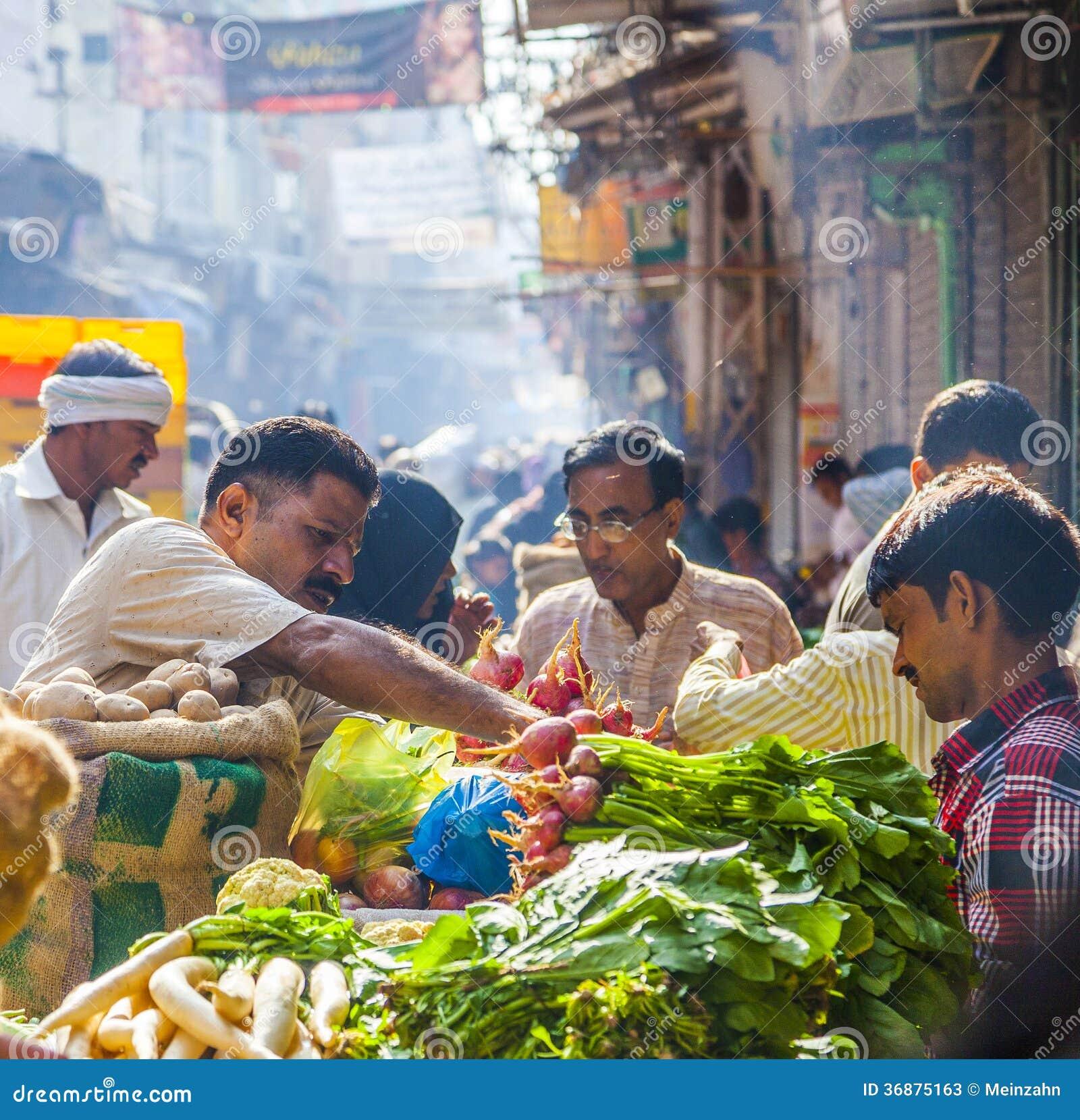 Mężczyzna sprzedaje banany przy starym