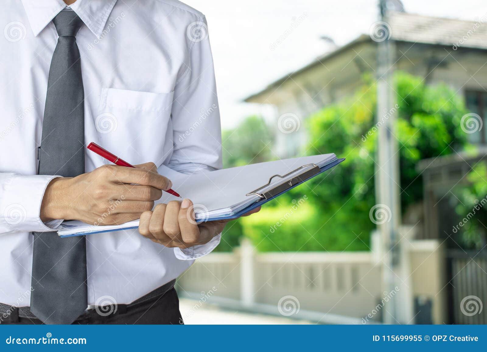 Mężczyzna sprzedawcy bubla biznesowy dom