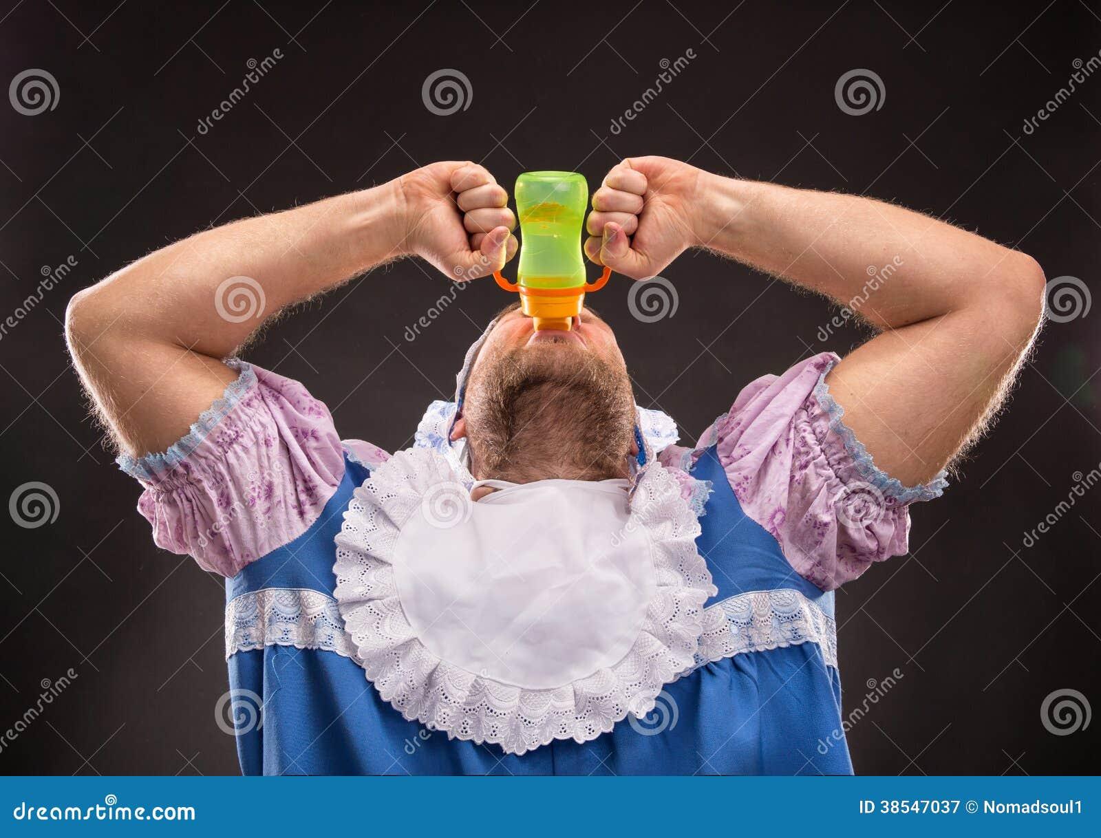 Mężczyzna ssa dziecko butelkę