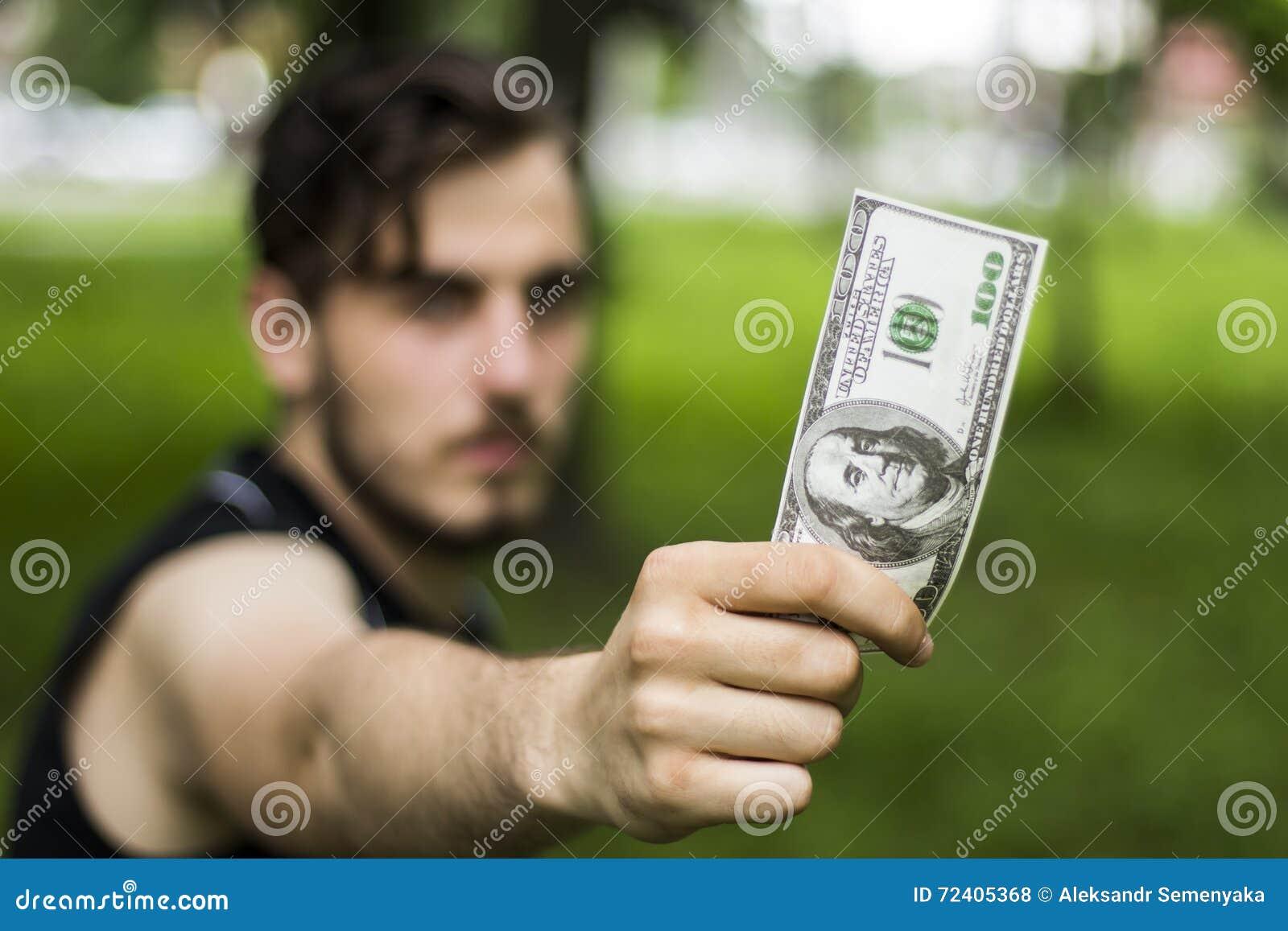 Mężczyzna sto dolarów
