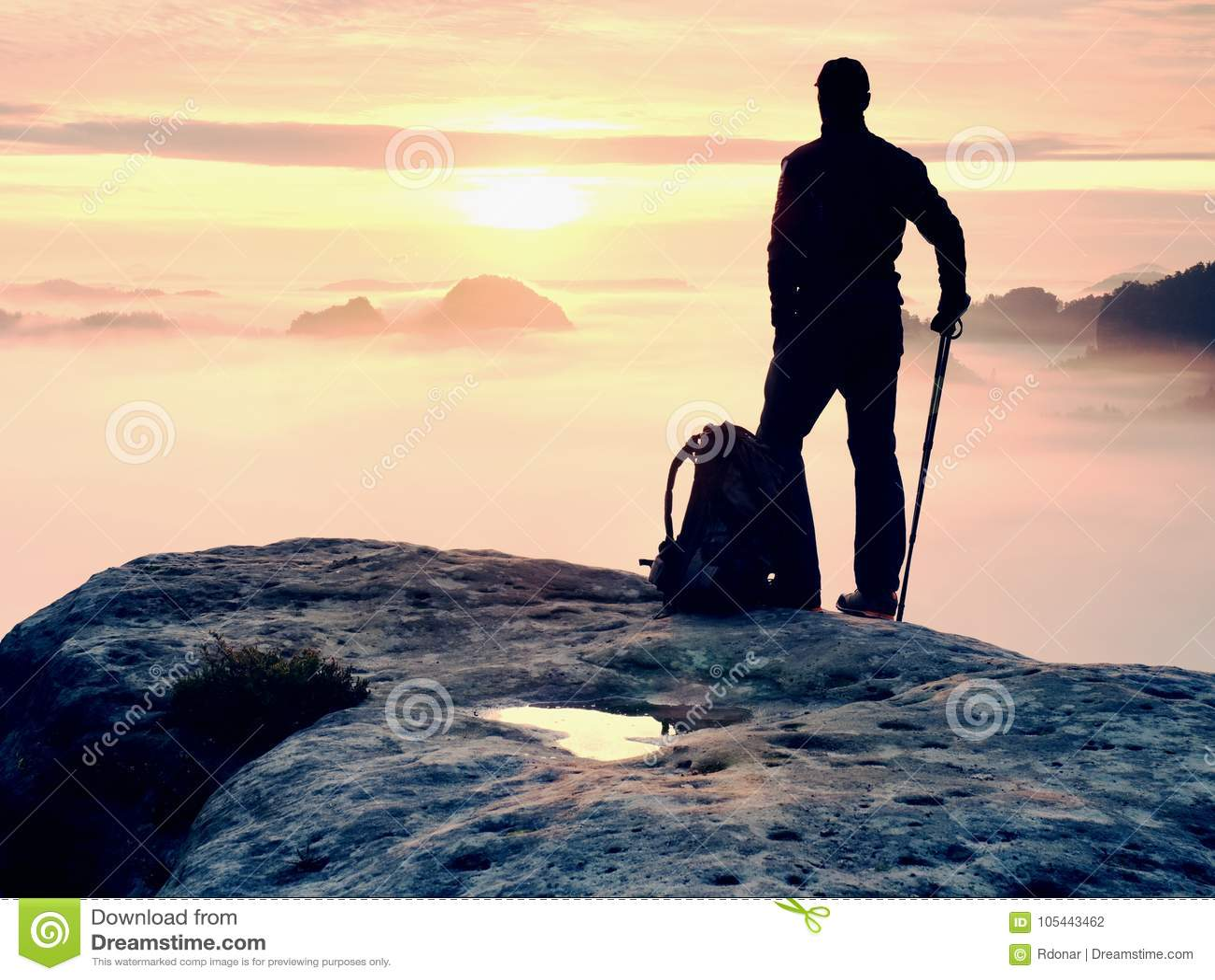 Mężczyzna sylwetki pobyt na ostrze skały szczycie Satysfakcjonuje wycieczkowicza cieszy się widok Wysoki mężczyzna na skalistej f