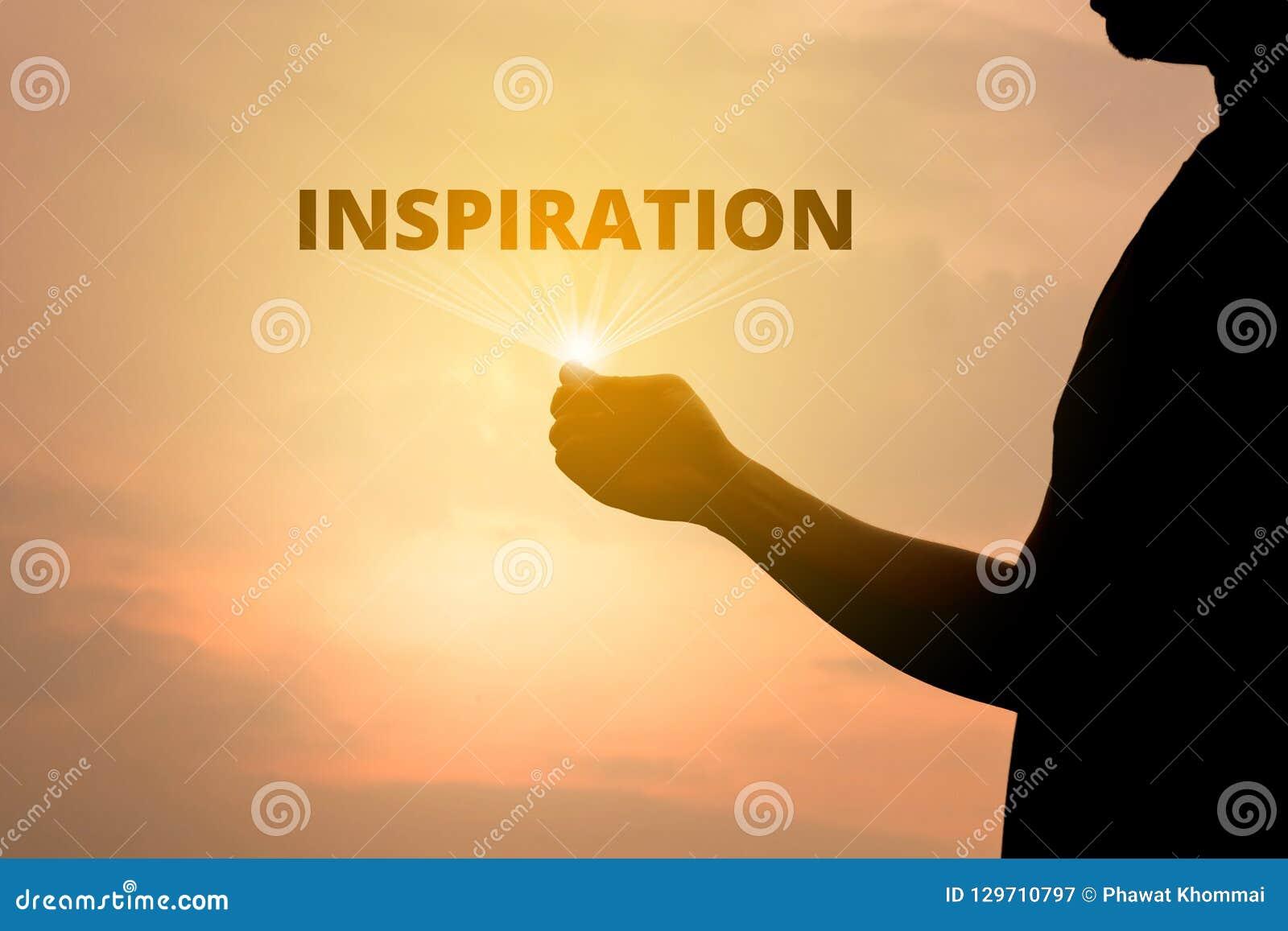 Mężczyzna sylwetki pojęcie otwiera promień inspiracja tekst