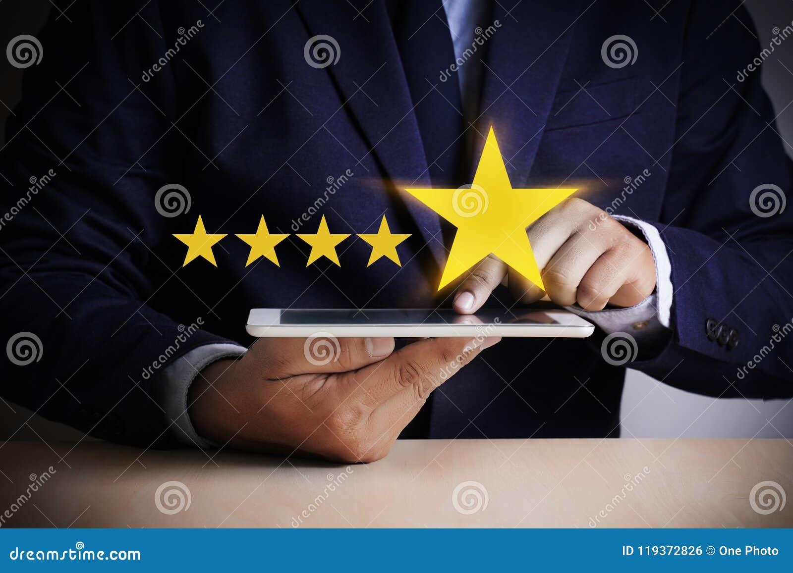 Mężczyzna Szczęśliwy klient daje Pięć Gwiazdowemu oceny doświadczenia klienta se