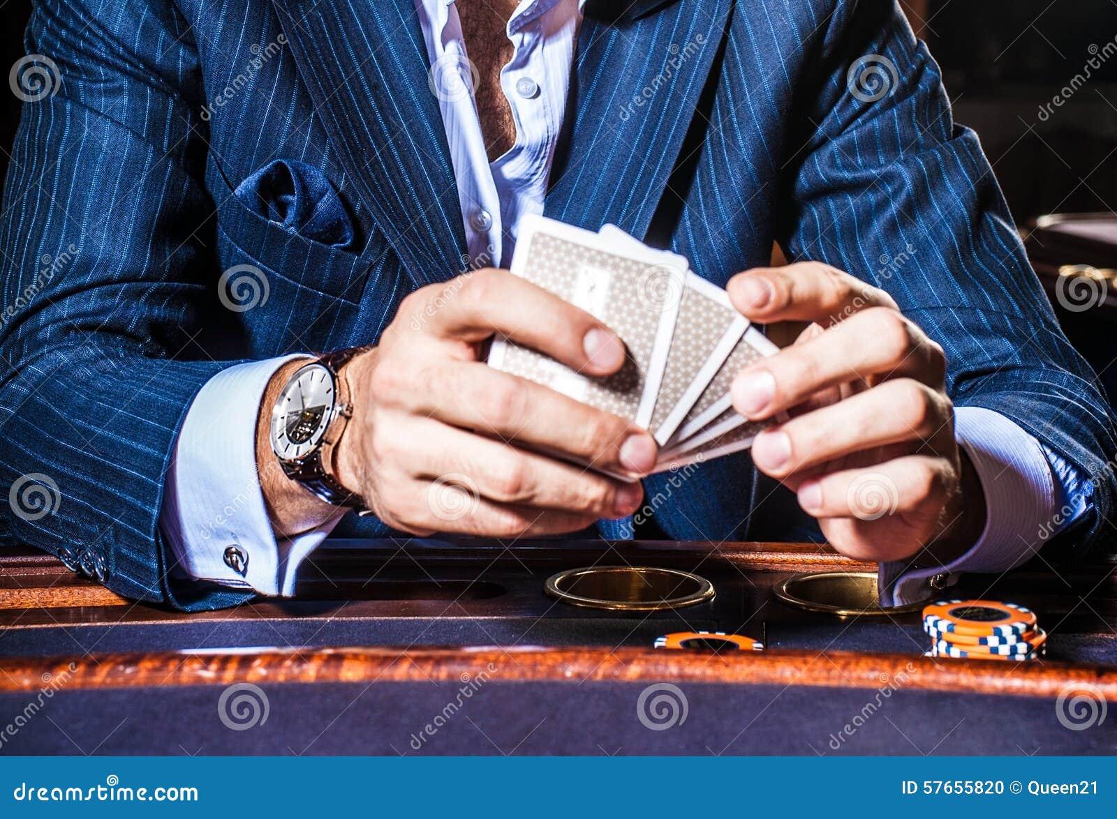 Mężczyzna sztuk karty w kasynie