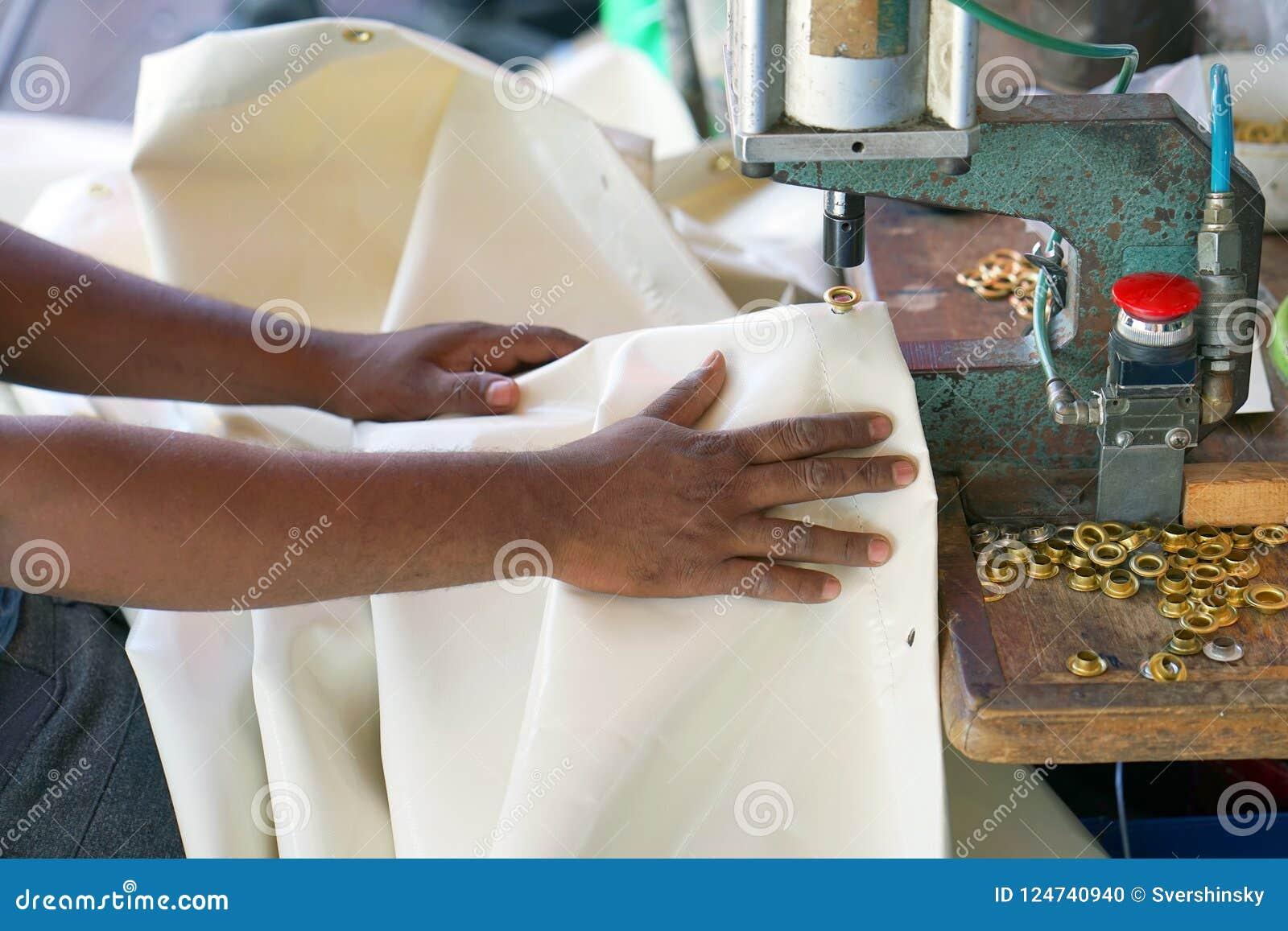 Mężczyzna szwaczka Mężczyzna ` s ręki za szwalną skórą