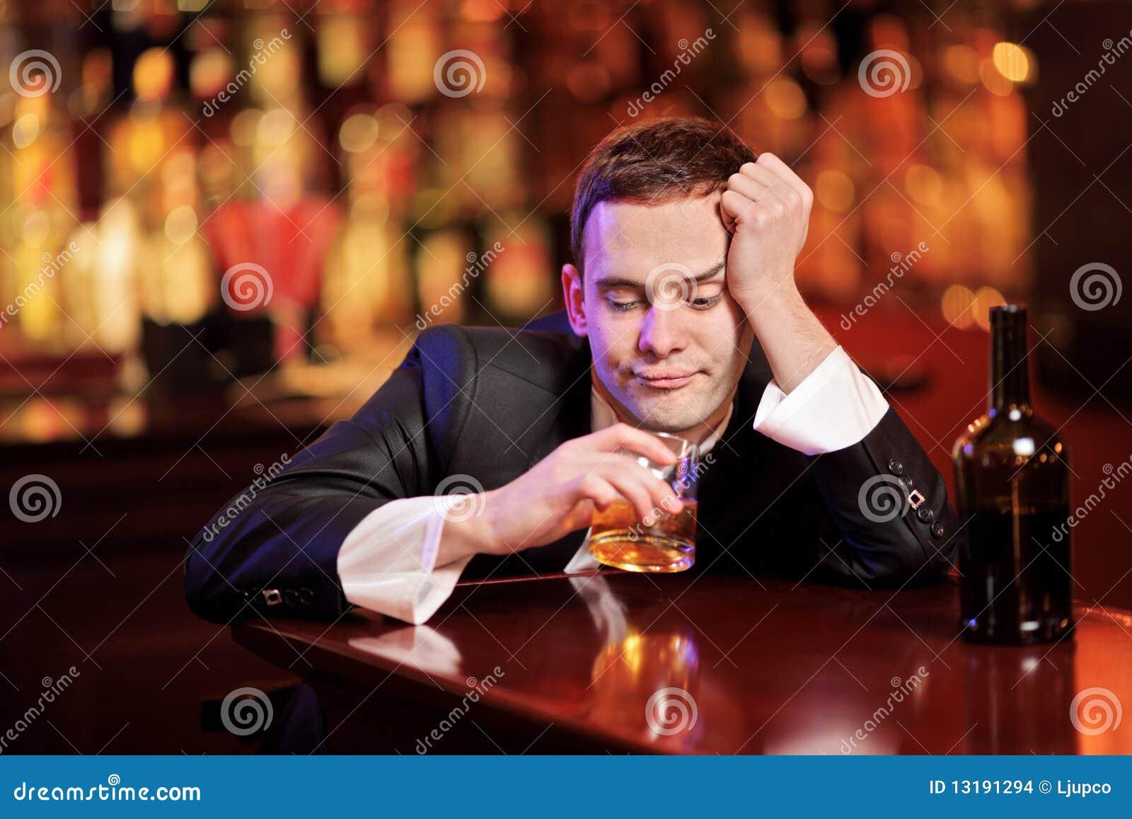 Mężczyzna TARGET1707_0_ pijący potomstwa