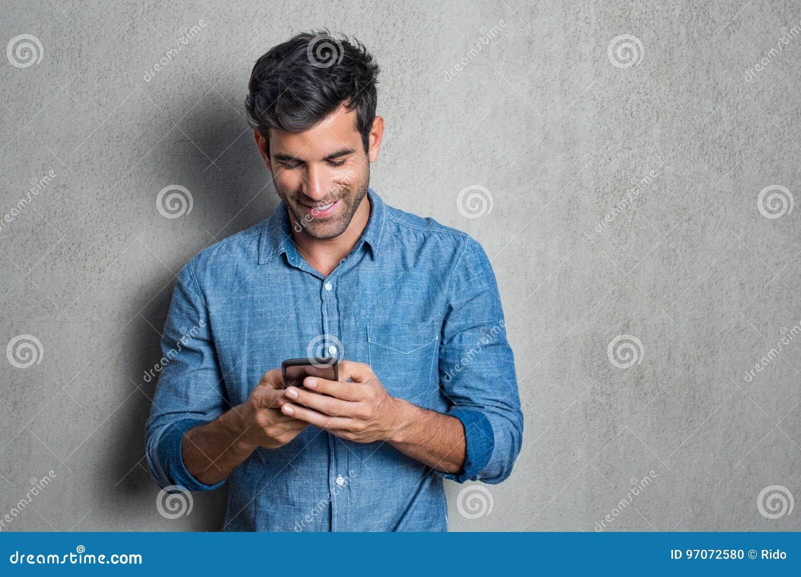 Mężczyzna texting na telefonie