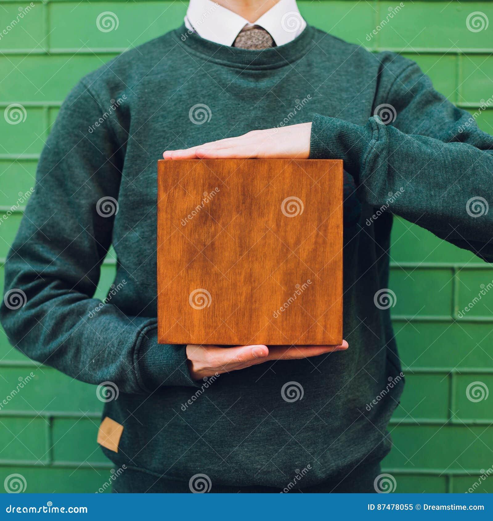 Mężczyzna trzyma drewnianego pudełko