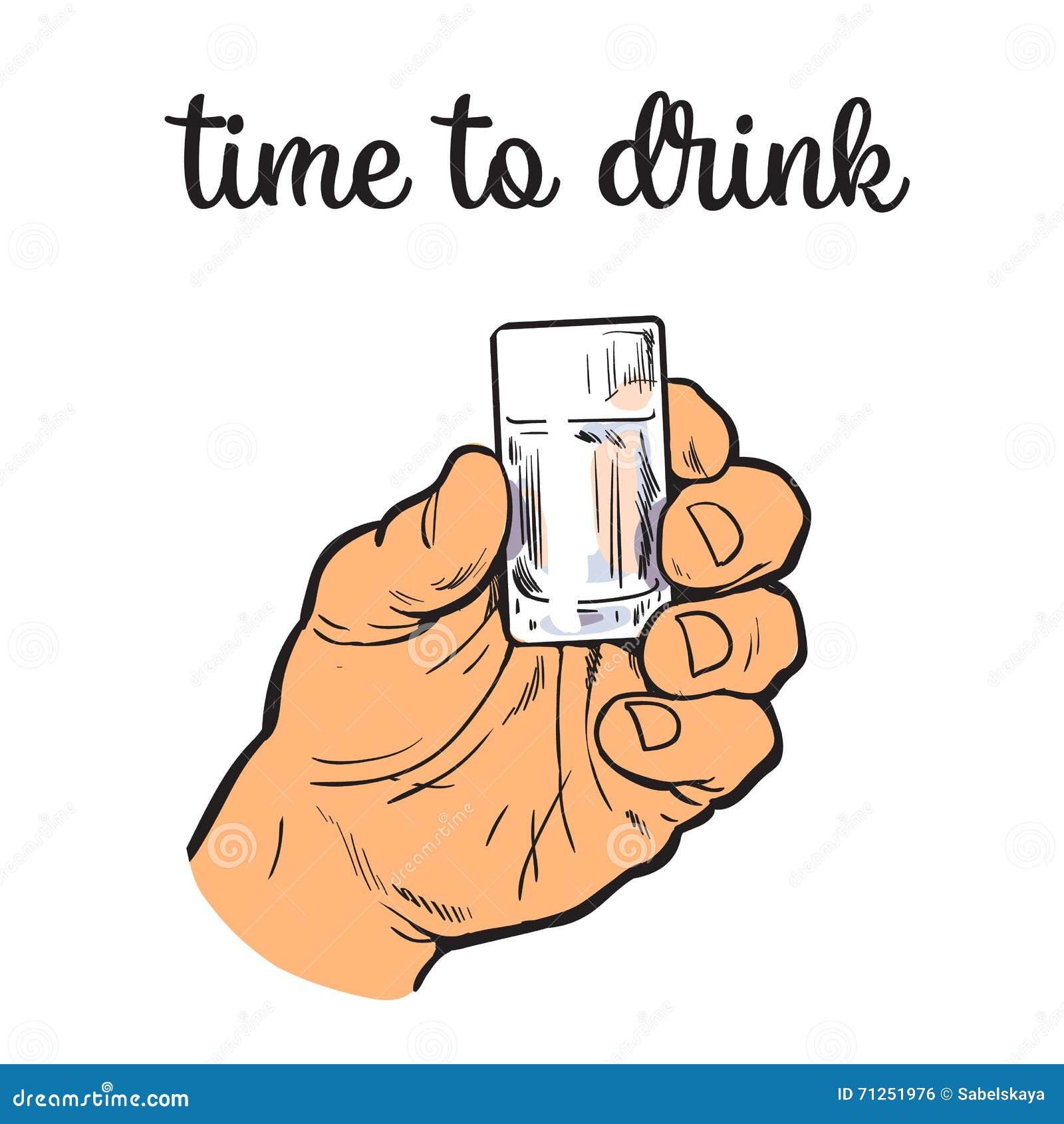 Mężczyzna trzyma stertę z przejrzystym alkoholem