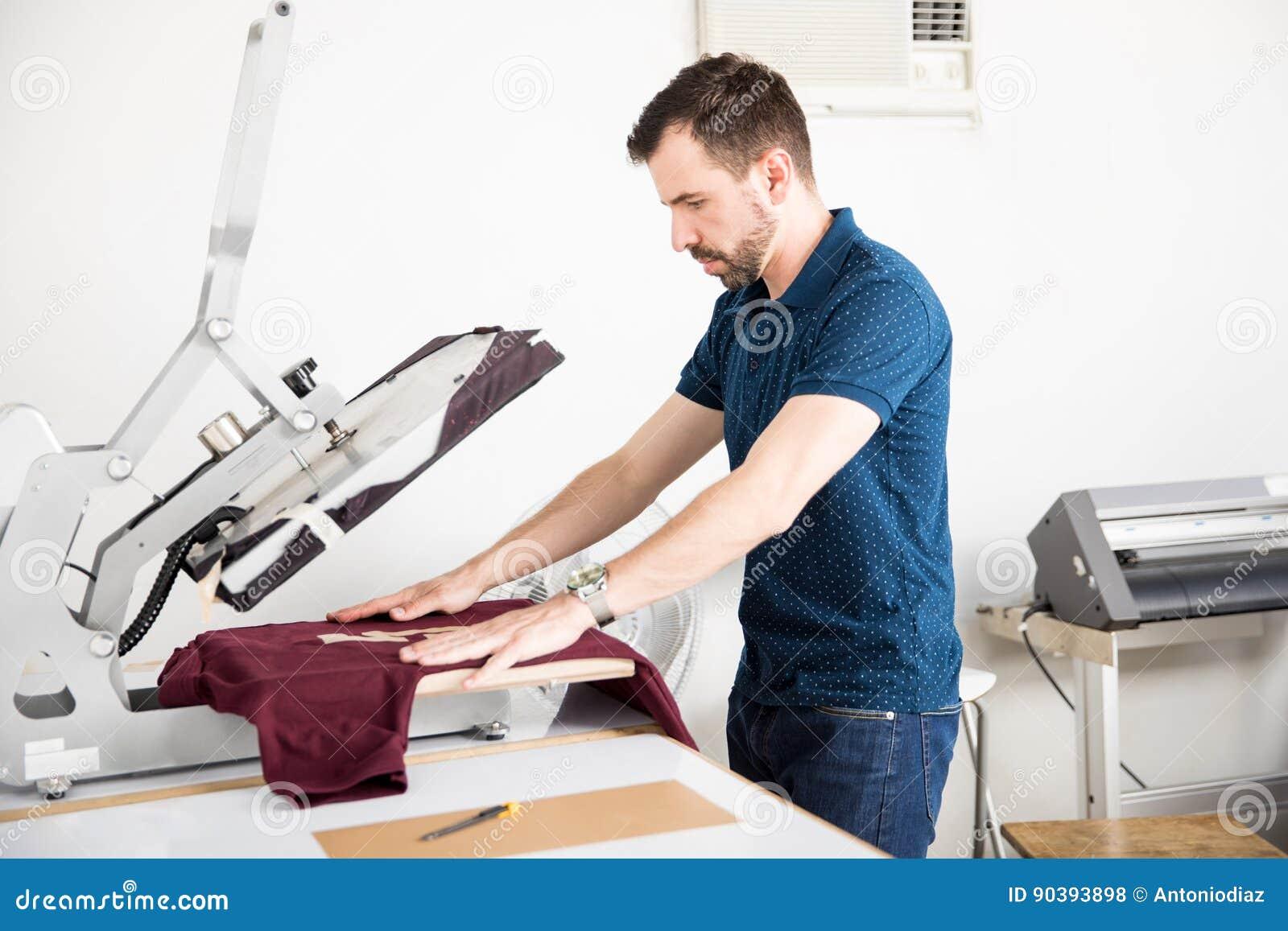 Mężczyzna używa serigraph prasę